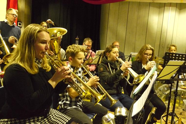 20-2017-Dr.-Engelhard-speelt-kerstliederen-op-school